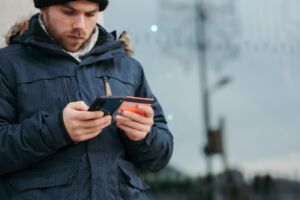 """Lån utan kreditupplysning: hur? Och varför? Varje gång du skickar in en ansökan om att få låna pengar, tar långivaren i fråga en kreditupplysning på dig. Men vad är egentligen en kreditupplysning? Är det dåligt att samla på sig för många kreditupplysningar? Finns det alternativ som tillåter dig att ta lån utan kreditupplysning? I denna artikel kommer du att få svar på allt detta, och mer! Vad är en kreditupplysning? När en bank eller långivare mottar din låneansökan och ska avgöra huruvida du ska få låna pengar eller ej, måste de först ta reda på om du kommer att ha råd att betala tillbaka lånet. Detta görs genom en bedömning av din kreditvärdighet. Denna bedömning kallas även för kreditupplysning. I kreditupplysningen ingår uppgifter som pekar på din ekonomiska hälsa. Ditt namn, adress och senast deklarerade inkomst inkluderas, tillsammans med information om alla dina aktuella lån och krediter. Har du betalningsanmärkningar eller skuldsaldon sedan förut syns de också här. En sista detalj som inkluderas är hur många övriga kreditupplysningar som tagits på dig under de senaste 12 månaderna. I Sverige är det lag på kreditkollen: ingen långivare eller bank får bevilja lån till någon utan att först ta en kreditupplysning på personen i fråga. Men i folkmun förväxlas ofta termerna """"kreditupplysning"""" och """"UC"""". Varför? Det går att låna utan kreditupplysning från UC """"UC"""" står för Upplysningscentralen och pekar på det bolag som hanterar den största delen av kreditupplysningar i Sverige. Anledningen till varför så många låntagare letar efter """"lån utan UC"""" är att det kan påverka ens kreditvärdighet på ett negativt sätt om man samlar på sig alltför många kreditupplysningar hos just Upplysningscentralen. Varför? Varje långivare kan i din nuvarande kreditupplysning se hur många upplysningar som tagits på dig förut. De kan däremot inte se vem som tagit dem, eller veta om du blivit beviljad ett tidigare lån som ännu inte syns i din kreditkoll. De utgår från att det finns en möjlighe"""